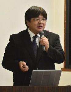 世界自然遺産登録と持続可能な観光について講話した深見聡准教授=8日、奄美市名瀬の県大島支庁会議室