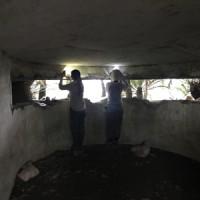 新たに発見された観測所跡の調査活動(上)と壁面の絵図=瀬戸内町西古見(町教育員会提供)