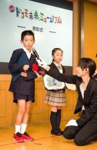 表彰式でインタビューを受ける馬場君=8日、東京都千代田区