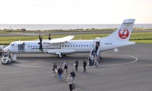 1日に就航したJACの最新鋭プロペラ機ATR72―600=同日、和泊町のえらぶゆりの島空港