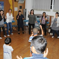 毎週1回、集落の多世代が集まる八月踊り教室=2018年10月29日、瀬戸内町薩川