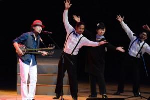 奄美ゆかりの歌手18人が競演した奄美紅白歌合戦=2日、奄美市名瀬