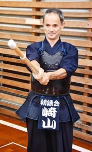 剣道6段を取得した崎山さん=12日、奄美市名瀬