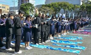 約900人が参加した日本復帰記念の日のつどい=12月25日、奄美市名瀬の名瀬小学校校庭