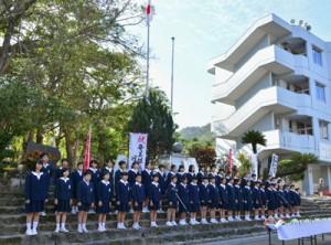 石段に並び断食悲願の詩を朗読する名瀬小学校の児童たち=25日、奄美市名瀬