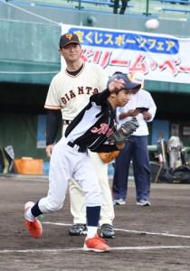 子どもたちの投球を指導する元巨人の桑田さん=2日、奄美市名瀬