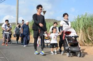188人が参加した太陽が丘ウオーキング=2日、奄美市笠利町