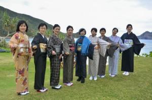 大島紬を着る機会を増やそうと企画したランチ会に集った会員=12月8日、瀬戸内町蘇刈