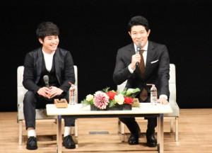 トークショーで撮影時のエピソードを語った鈴木さんと堀井さん(右から)=16日、鹿児島市民文化ホール