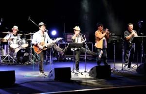 奄美群島のアーティストが出演した奄美群島島々音楽団大会=16日、徳之島町亀津
