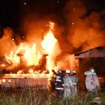 9棟が全半焼した火災現場=7日午前4時40分ごろ、龍郷町中勝
