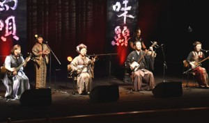 津軽三味線と島唄などを披露した「津軽三味線・奄美島唄日本一競演」=8日、徳之島町文化会館