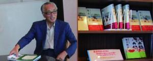 「奄美物語」などを展示した館内(左)と郷原茂樹さん