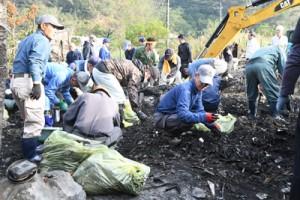 100人以上のボランティアで片付けが行われた火災現場=23日、龍郷町中勝