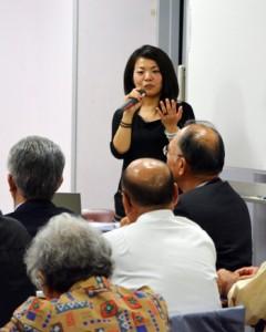 「ブラジル移民史と在伯奄美人の現在とこれから」と題し講演した加藤さん=4日、宇検村の「元気の出る館」