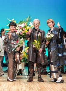 第25回ユザワヤ創作大賞展でファッション大賞を受賞し、表彰式に臨んだ橋本さん(左)=提供写真=9月29日、東京・大田区民ホールアプリコ