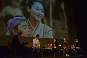 「西郷どん」の「島編」映像をバックに撮影時を振り返る出演者と制作スタッフ=16日、龍郷町