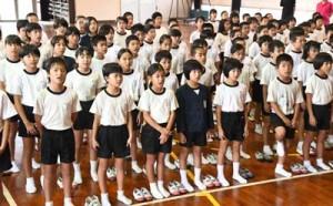 泉芳朗作詞の校歌を斉唱する面縄小の児童=12月4日、伊仙町面縄