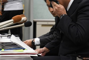 息子が自殺した経緯を振り返り涙を流す父親=11日、鹿児島市の県庁記者クラブ