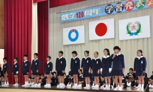 式典の出席者の前で、将来の夢を発表する児童ら=1日、和泊町の大城小学校体育館
