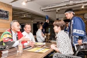 島での仕事と生活について活発な質疑応答があった企業ブース=2日、東京都台東区