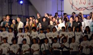 CD発売記念イベント「唄島ふぇすてぃばるっち」で楽曲「懐かしい未来へ」を歌う出演者=2018年10月28日、奄美市名瀬の大浜海浜公園