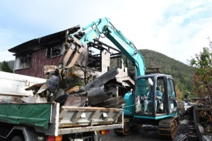 焼損家屋解体とがれきの撤去が始まった火災現場=21日、龍郷町中勝
