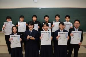 学校新聞「大高ジャーナル」を創刊した大島高校の新聞同好会=26日、奄美市名瀬