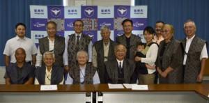 竹田町長(前列中央右)へ提言書を提出した「たつごうみらい会議」メンバー=4日、龍郷町