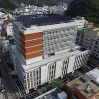 奄美市の新たなシンボルとして完成した市役所新庁舎。右は現庁舎