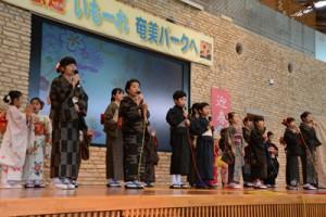 「朝花節」を歌う「あやまる会」のメンバー=13日、奄美市笠利町