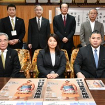朝山市長を表敬訪問した(前列右から)佐ノ山親方と妻の美菜さんと=29日、奄美市役所