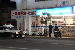 強盗未遂容疑事件があった現場のコンビニエンスストア=25日午前6時半ごろ、奄美市名瀬