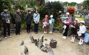 実業団の選手らへ手々集落の魅力を紹介した手々小学校の「われんきゃガイド」=21日、徳之島町手々