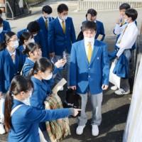 センター試験会場を下見する受験生=18日、奄美市名瀬の大島高校