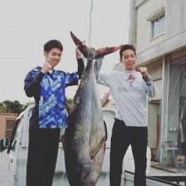 マグロを確保した碇山さん(右)と山下さん=8日、奄美漁協笠利支所