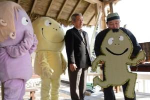 ケンムン楽器(ハーモニカ)を演奏する音楽バンド「日本畳楽器製造」の西脇さん(右)=13日、奄美市笠利町