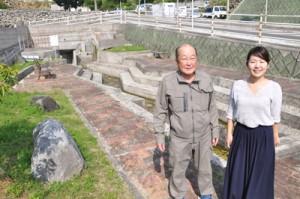 環境大臣賞受賞を喜ぶ知名字の吉田区長と地域おこし協力隊の勘里さん=30日、知名町の稲水公園