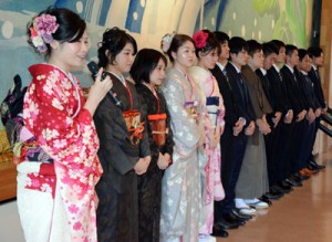 祝賀会で将来の目標を語る新成人=4日、宇検村の元気の出る館