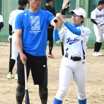 野球教室で打撃指導を行う鶴岡選手(左)=13日、徳之島町徳和瀬