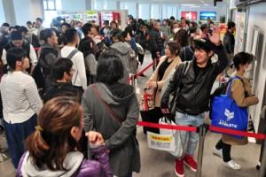多くの帰省客と、別れを惜しむ見送り客で混雑する出発ロビー=4日、奄美市笠利町の奄美空港