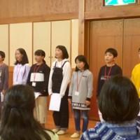 東京都の中村小児童との交流会で「断食悲願」を朗読する名瀬小の児童(提供写真)