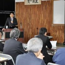 地方創生をテーマに講演する増田寛也氏=11日、奄美市名瀬の県大島支庁