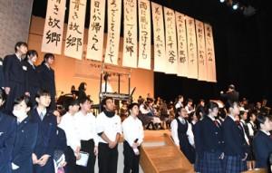 「ふるさと」を参加者全員で歌ったフィナーレ=24日、徳之島町亀津