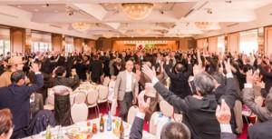 会の締めくくりは参加者全員での万歳三唱=20日、東京・上野精養軒