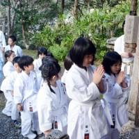 有盛神社を参拝して新年の誓いを立てる心道館の道場生=13日、奄美市名瀬浦上町