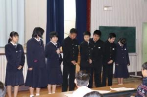 拝賀式で新年の目標を発表する中学生=1日、喜界町荒木