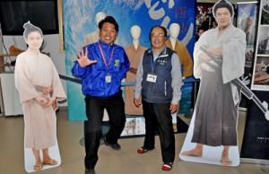 和泊町の西郷どんプロモーション事業の推進に取り組んだ安田さん(左)と西郷南洲記念館の宗さん=2019年1月10日、和泊の同記念館