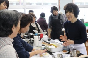参加者に笑顔でアドバイスする栗原さん=20日、喜界町阿伝の喜界島薬草農園
