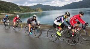 奄美の自転車愛好家と一緒に汗を流す選手ら(提供写真)